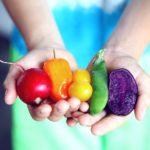 Symbolbild für Jin Shin Jyutsu Entgiften: Hände halten rohes Gemüse