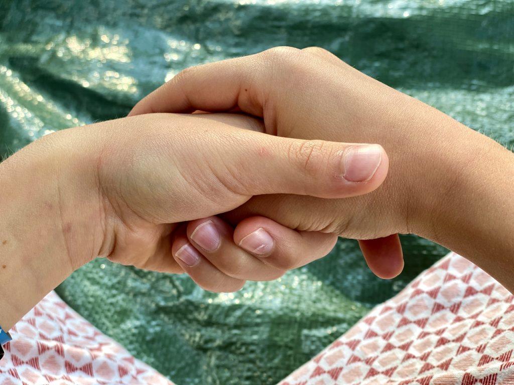 Jin Shin Jyutsu für Kinder: Kind hält seinen rechten Daumen