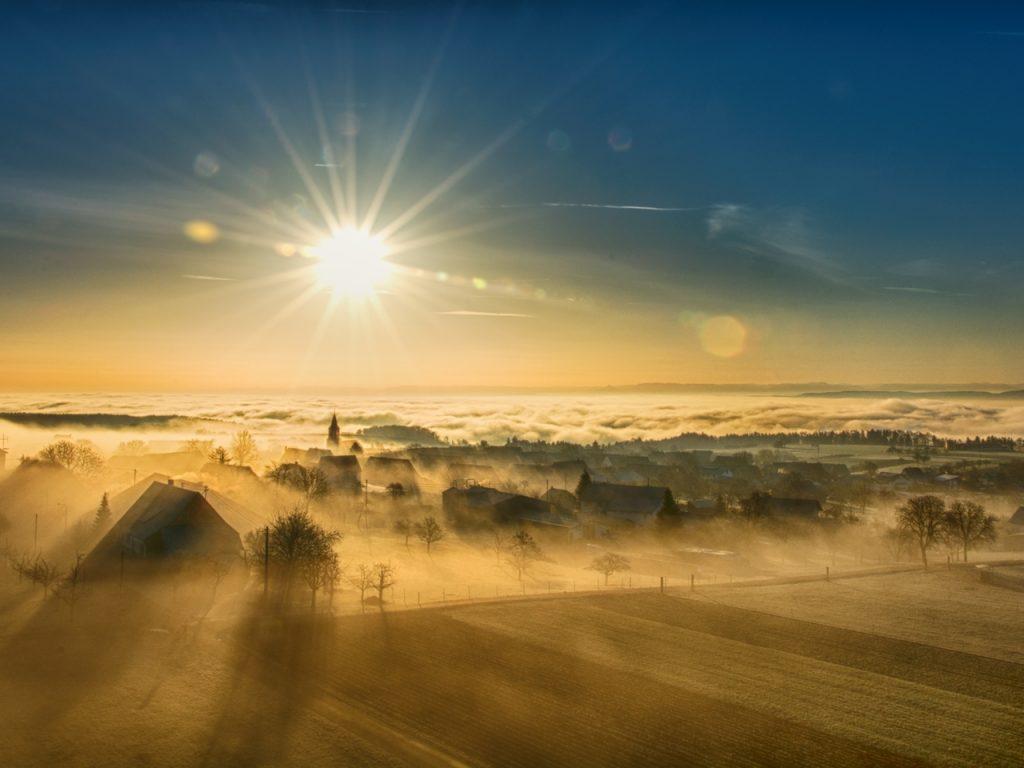 Symbolbild für Jin Shin Jyutsu Immunsystem: Sonne scheint über Nebel