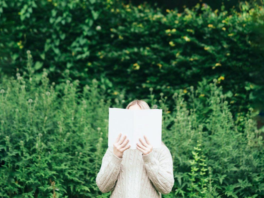 Symbolbild Jin Shin Jyutsu Kurse: Frau hält Buch