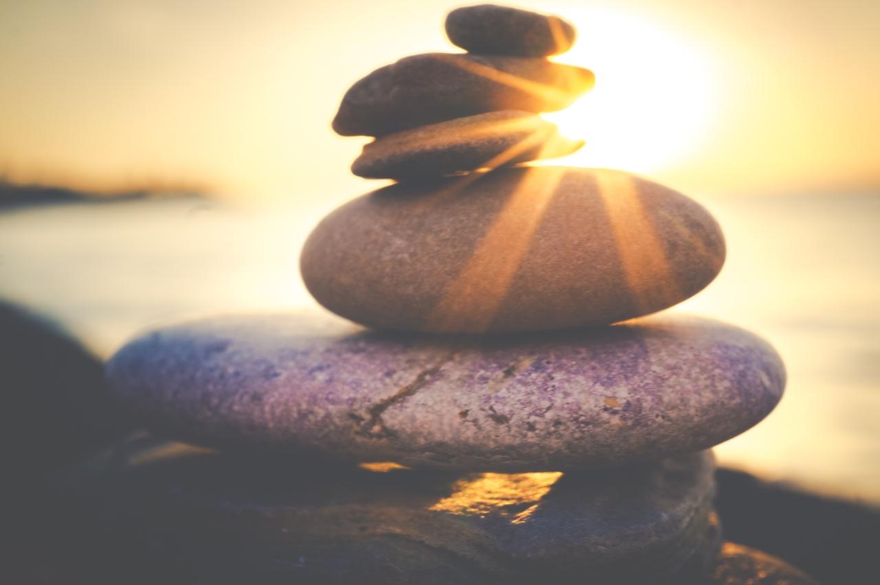 Symbolbild Jin Shin Jyutsu Nerven entspannen: gestapelte Steine im Sonnenschein