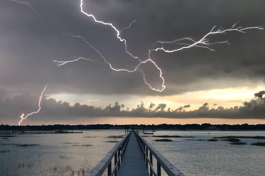 Symbolbild für Jin Shin Jyutsu Schmerzen: Blitze über einem See