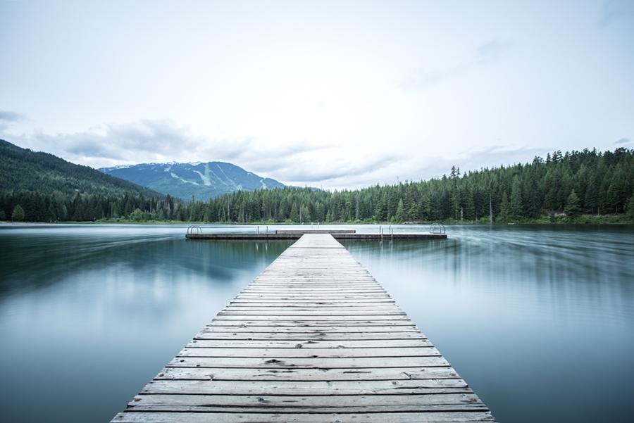 Symbolbild Jin Shin Jyutsu Themen-Selbsthilfekurs Burn-out & Erschöpfung: Steg führt auf einen ruhigen See