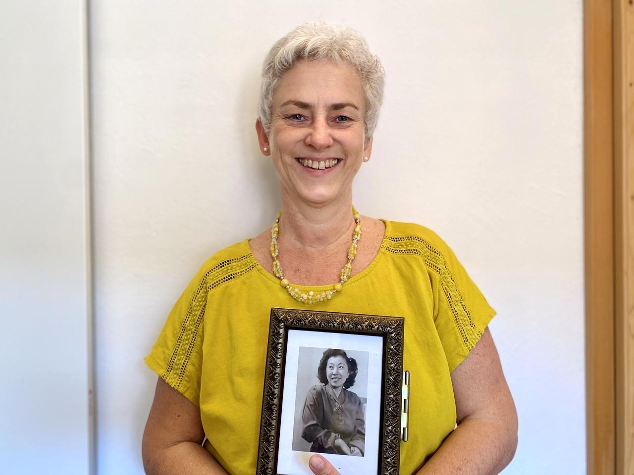 Jin Shin Jyutsu-Praktikerin Petra Weber hält ein Bild von Mary Burmeister