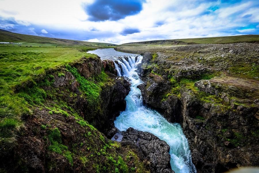 Symbolbild für Strömen bei Depressionen: Wasserfall in grüner Landschaft